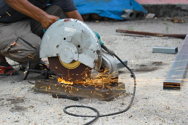 Taglio di un tubo metallico con schizzi di scintille. Foto Premium