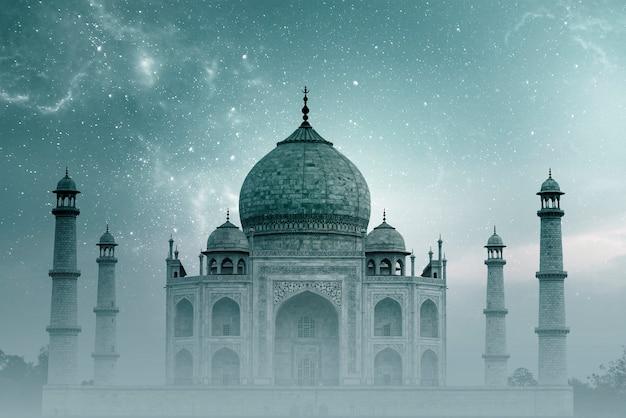 Taj mahal india, cielo notturno con stelle e nebbia sul taj mahal ad agra Foto Premium