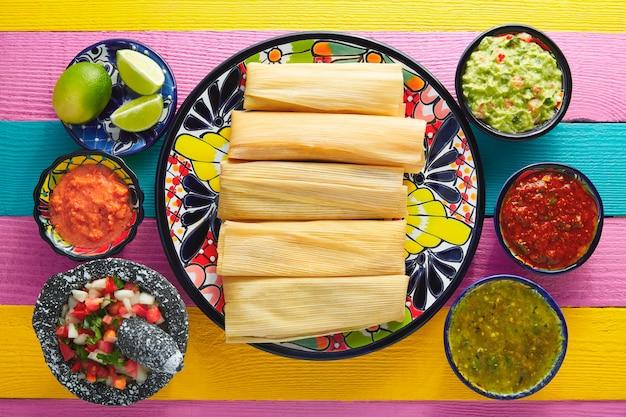 Tamale con foglia di mais e salsa guacamole Foto Premium