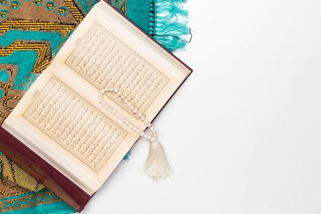 Tappeto religioso con libro sacro e bracciale Foto Gratuite