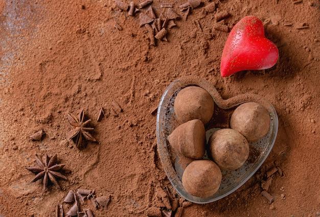 Tartufi di cioccolato con cuori di san valentino Foto Premium