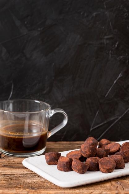 Tartufo al cioccolato in polvere di cacao Foto Gratuite