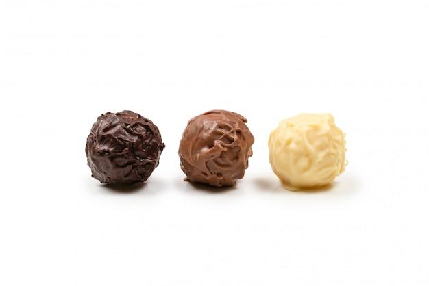 Tartufo di cioccolato isolato su bianco Foto Premium