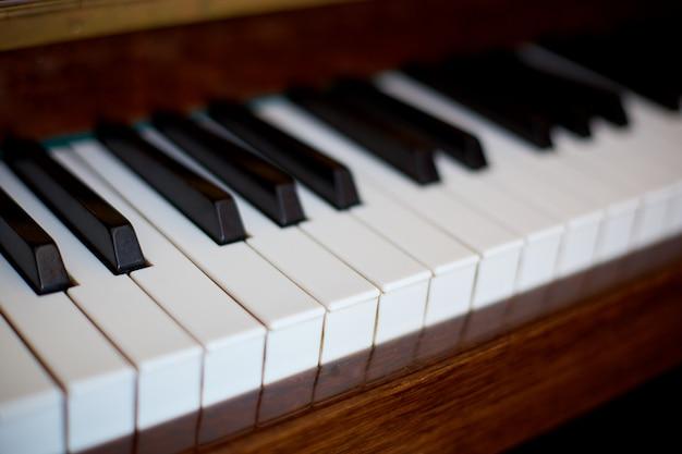 Tasti del piano, vista laterale dello strumento musicale dello strumento. Foto Premium