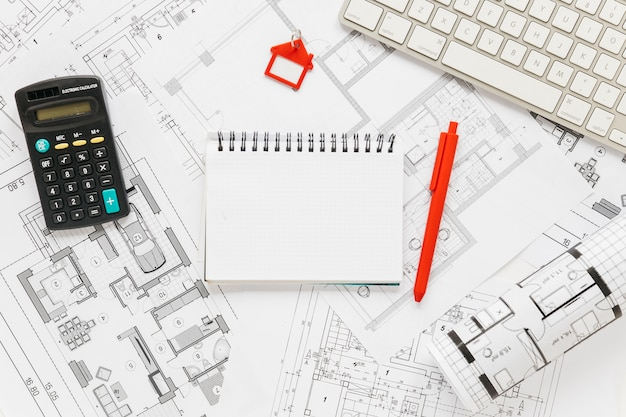 Tastiera; diario e calcolatrice su sfondo blueprint Foto Gratuite