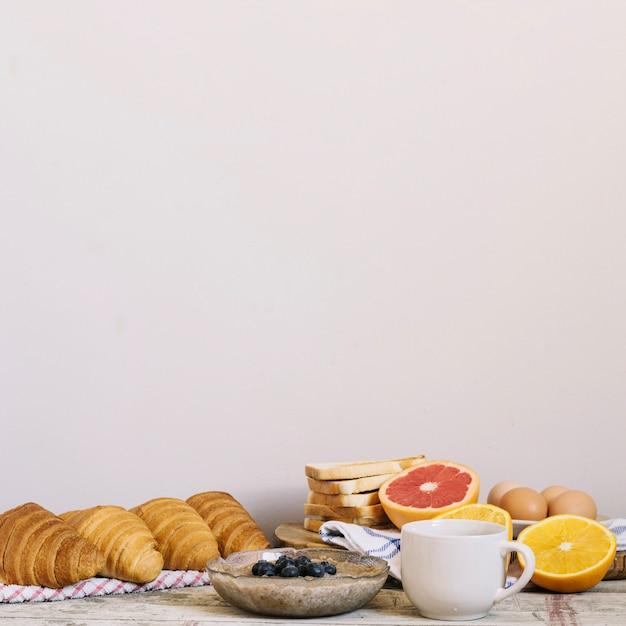 Tavola con cibo per la colazione Foto Gratuite