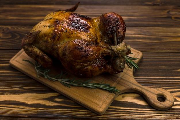 Tavola con pollo e rosmarino Foto Gratuite