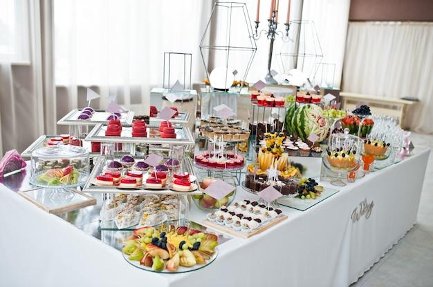 Tavola del dessert dei dolci deliziosi sul ricevimento nuziale. Foto Premium