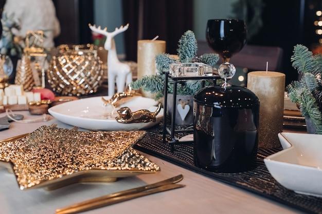 Tavola del ringraziamento tra candele e coni bianchi Foto Premium