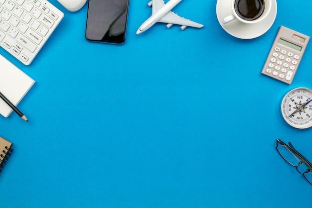 Tavola della scrivania del posto di lavoro e degli oggetti business di affari sul blu Foto Premium