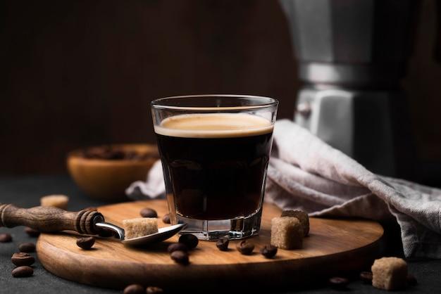 Tavola di legno con un bicchiere di caffè sul tavolo Foto Gratuite