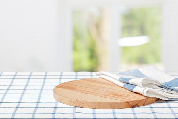 Tavola di legno con un tovagliolo su un tavolo Foto Premium