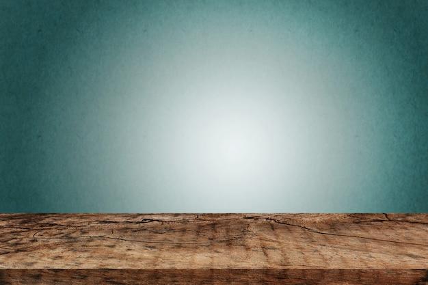 Tavola di legno vuota sopra il muro verde scuro Foto Premium