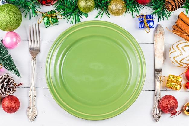Tavola di natale con decorazioni natalizie scaricare foto premium - Decorazioni tavola natale ...