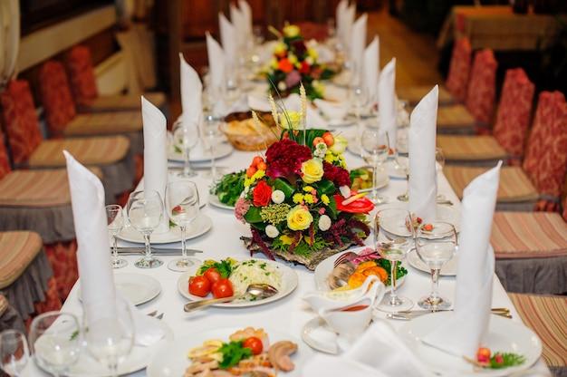 Tavola di nozze meravigliosamente decorata in un ristorante Foto Premium