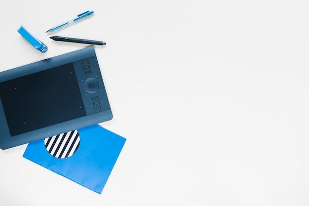 Tavola e cancelleria digitali grafiche su fondo bianco Foto Gratuite