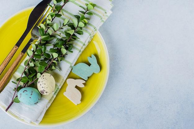 Tavola festiva che imposta la cena di pasqua sul tavolo con copyspace. concetto di carta vacanze primavera Foto Premium