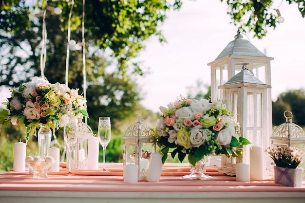 Tavola festiva meravigliosamente decorata in parco sul tramonto, cena romantica di nozze. Foto Premium
