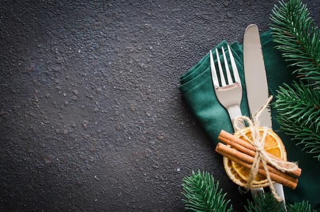 Tavola festiva per la cena di natale o capodanno. Foto Premium