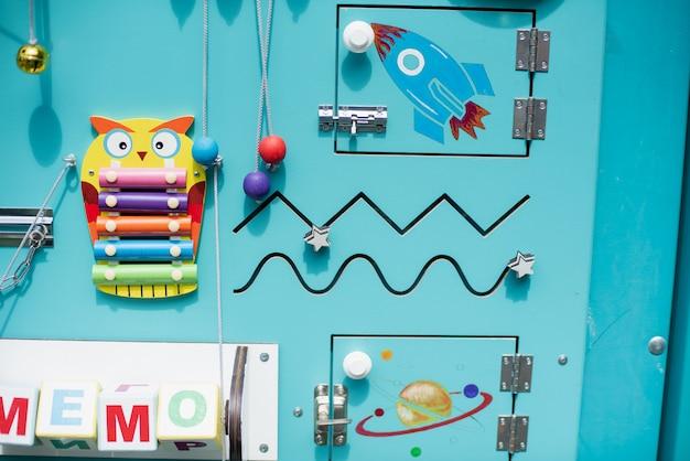 Tavola occupata per i bambini. giocattoli educativi per bambini. tavolo da gioco in legno. scaffale fai-da-te. Foto Premium