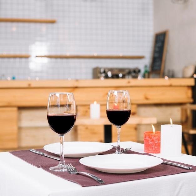 Tavolo apparecchiato per una cena romantica Foto Gratuite