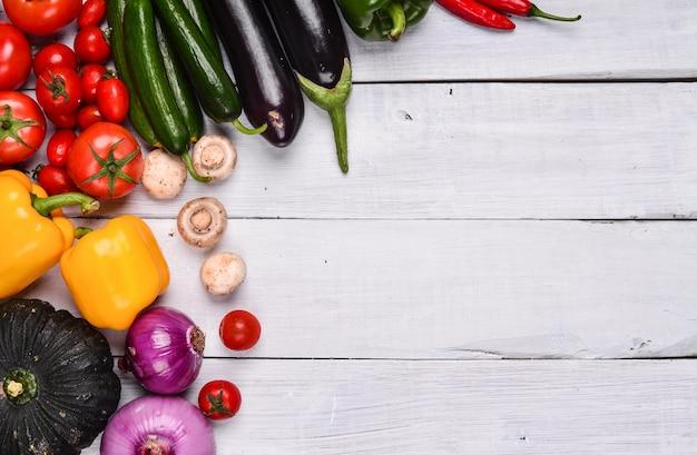 Tavolo bianco con verdure varie Foto Gratuite