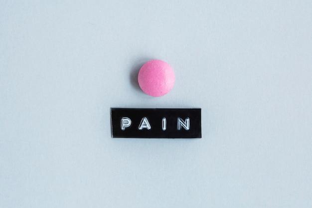 Tavolo color rosa con etichetta del dolore Foto Gratuite