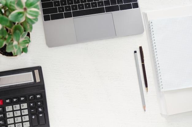 Tavolo con laptop, posto di lavoro. sfondo piatto laico Foto Premium