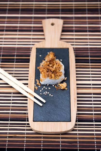 Tavolo con sushi e bacchette su bambù Foto Premium