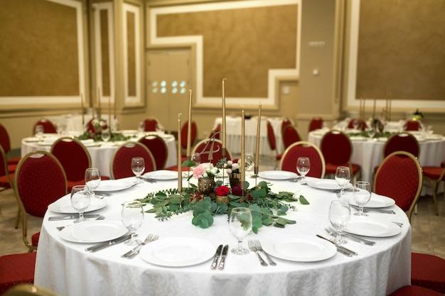 Tavolo da banchetto rotondo decorato a festa nel ristorante. Foto Premium