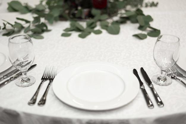 Tavolo da banchetto rotondo decorato a festa nel ristorante Foto Premium