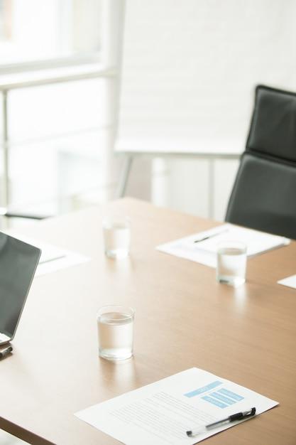 Tavolo da conferenza in ufficio del moderno centro business, sala riunioni interna Foto Gratuite