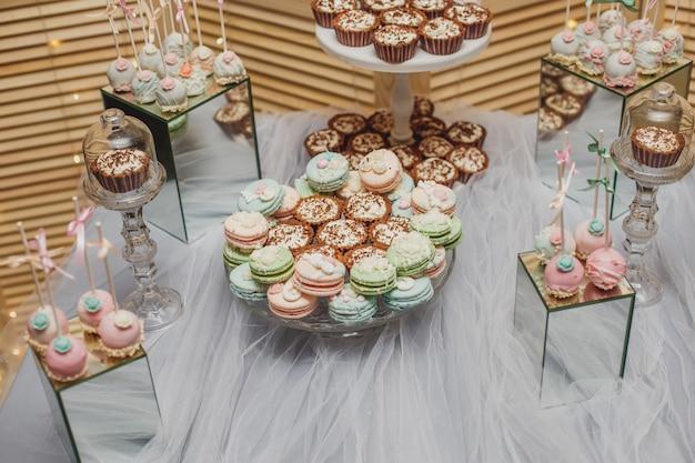 Tavolo da dessert con macarons Foto Premium
