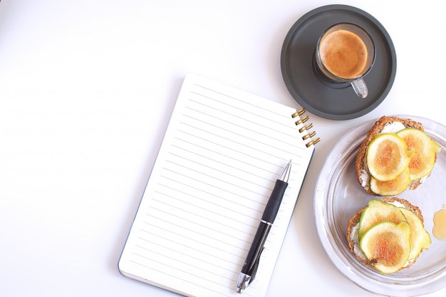Tavolo da lavoro business concept tavolo ritorno a scuola blocco note pen black coffee Foto Premium