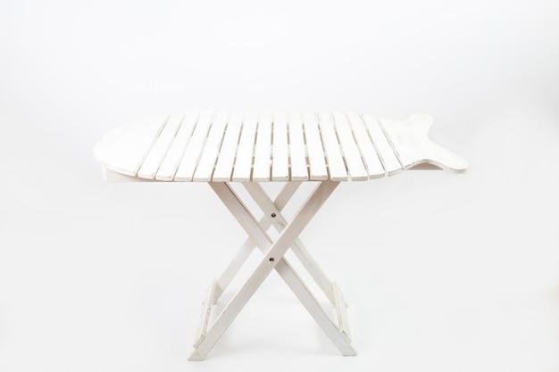 Tavolo da picnic bianco isolato su un muro bianco Foto Gratuite