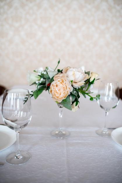 Tavolo da pranzo decorato con fiori. Foto Premium