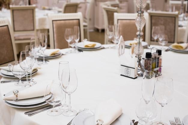 Tavolo da pranzo decorato nel ristorante Foto Gratuite