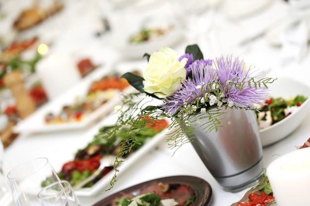 Tavolo da pranzo in occasione di una celebrazione Foto Gratuite
