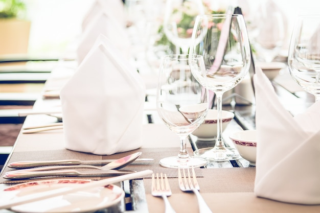 Tavolo da pranzo nel ristorante dell'hotel Foto Gratuite
