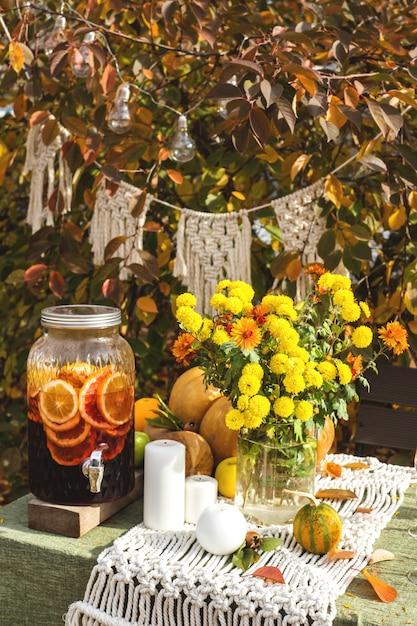 Tavolo da pranzo per una vacanza in famiglia nel cortile in autunno. Foto Premium
