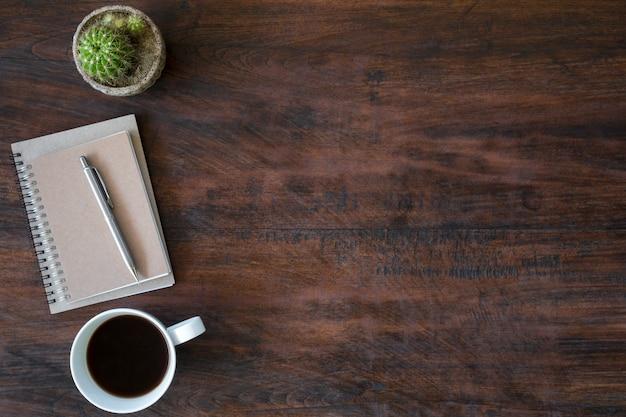 Scrivania Vintage Legno : Tavolo da scrivania vintage hipster in legno con taccuino penna e