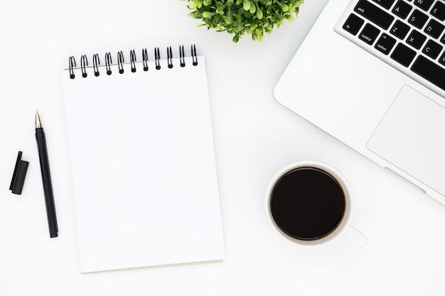 Tavolo Ufficio Bianco : Tavolo da ufficio bianco con pagina di quaderno vuoto con penna