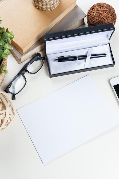 Tavolo da ufficio bianco con un sacco di cose su di esso. vista dall'alto Foto Premium
