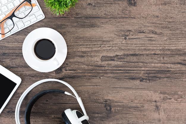 Ufficio Per Musica : Tavolo da ufficio e attrezzature per lavorare e ascoltare musica