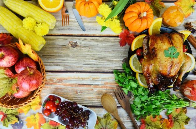 Tavolo del ringraziamento celebrazione ambiente tradizionale tavolo da pranzo o di natale decorato con diversi tipi di cibo cena del ringraziamento con frutta verdura tacchino servita in vacanza Foto Premium