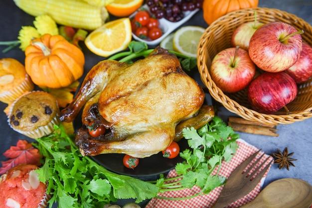 Tavolo del ringraziamento celebrazione cucina tradizionale, tavola decorata con cibo cena del ringraziamento Foto Premium