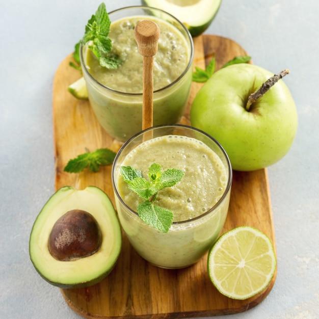 Tavolo dell'avocado della mela del frullato del succo verde della prima colazione Foto Premium