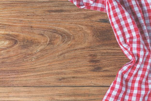 Tavolo di legno vuoto e tovagliolo rosso di panno Foto Gratuite