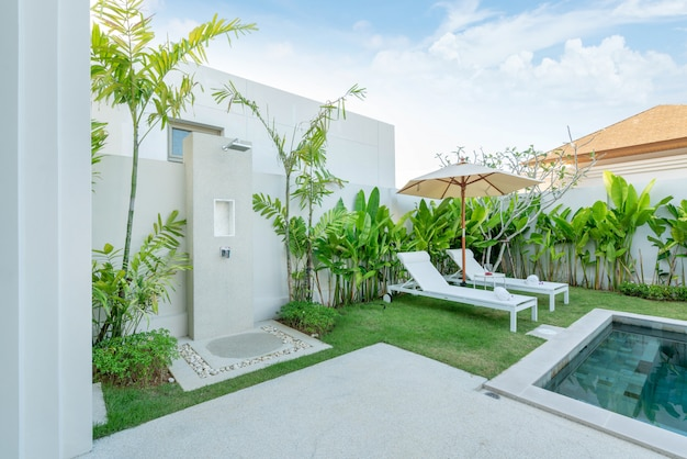 Tavolo esterno design esterno e lettino o lettino piscina Foto Premium