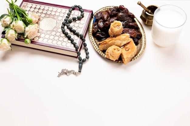 Tavolo festivo musulmano vista dall'alto Foto Gratuite
